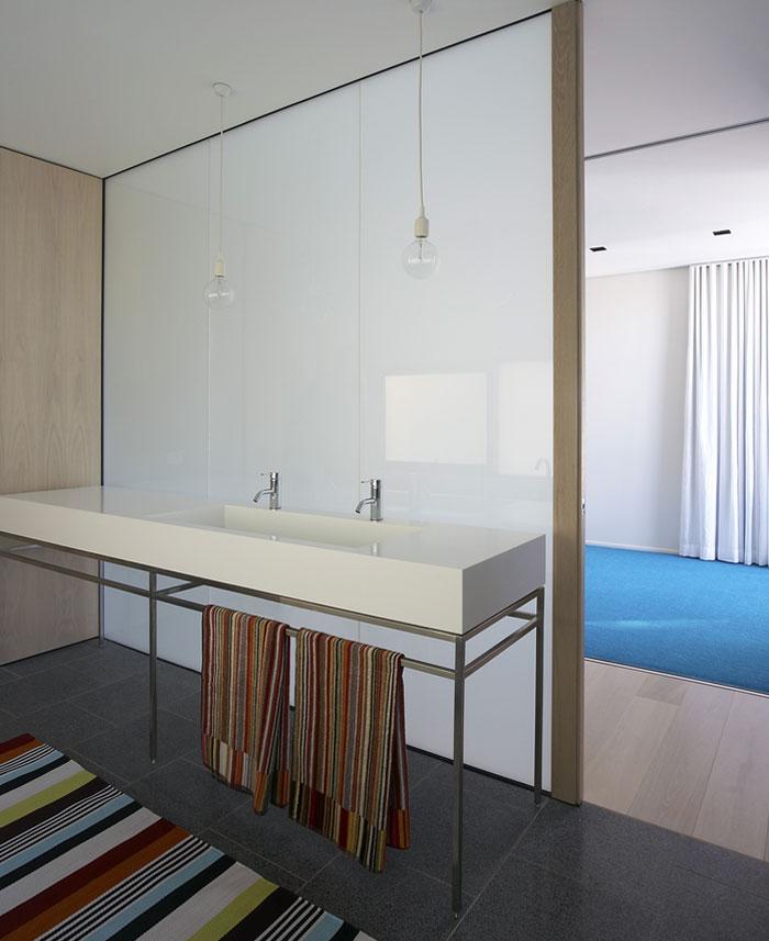steel-constructed-house-bathroom