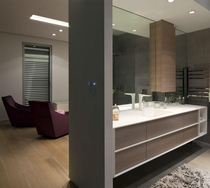 white-house-bathroom-interior
