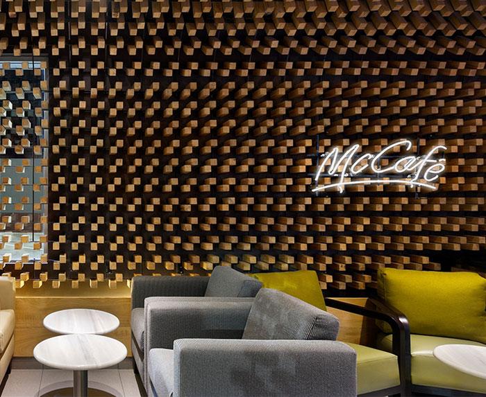 cafe-interior-decor-thousands-wooden-blocks6