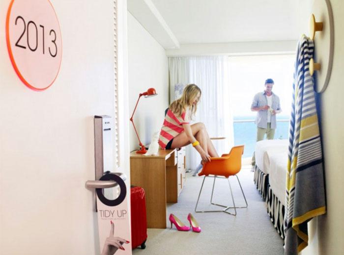 vibrant-beachside-hotel-bedroom8