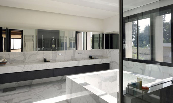 spacious-interior-elegantly-decorated