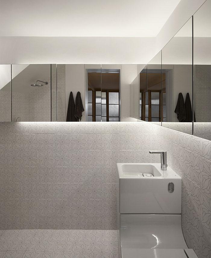 withe tile bathroom 1