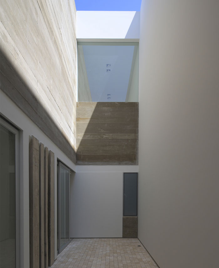 simple-house-concept-white-walls-cement