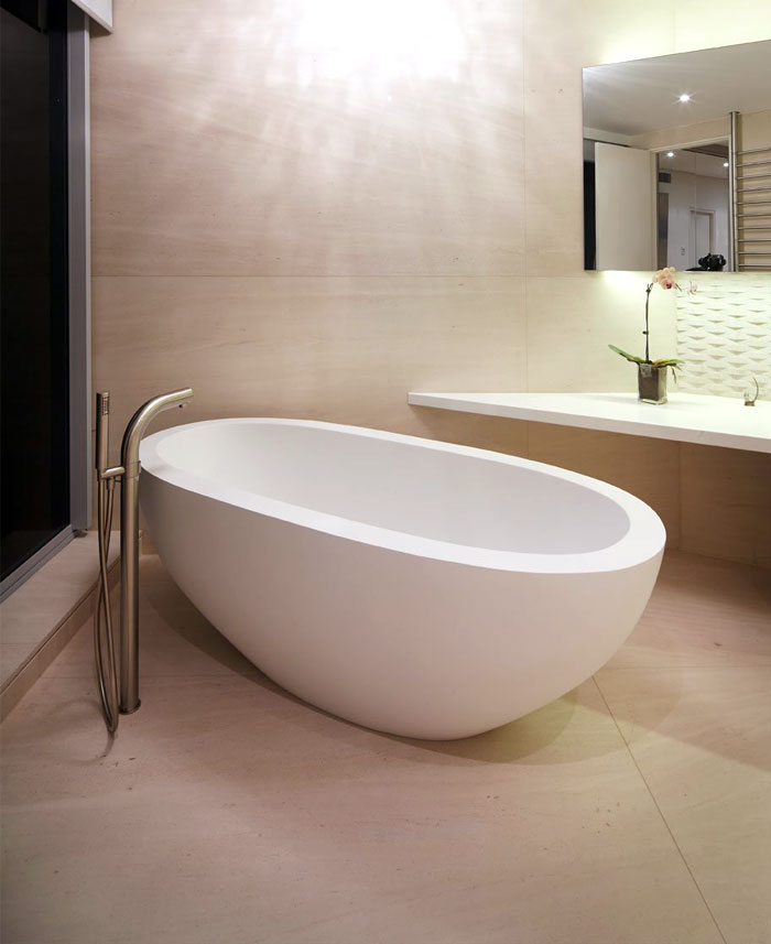 spacious-bathroom-luxury-decor