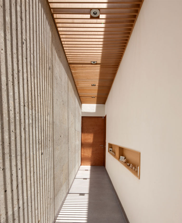 mexican-house-interior-wooden-ceiling-beams
