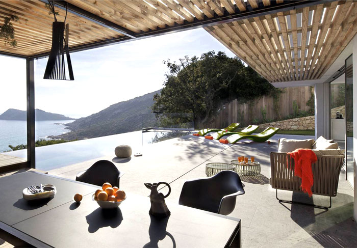 saint-tropez-maison-outdoor-dining-area