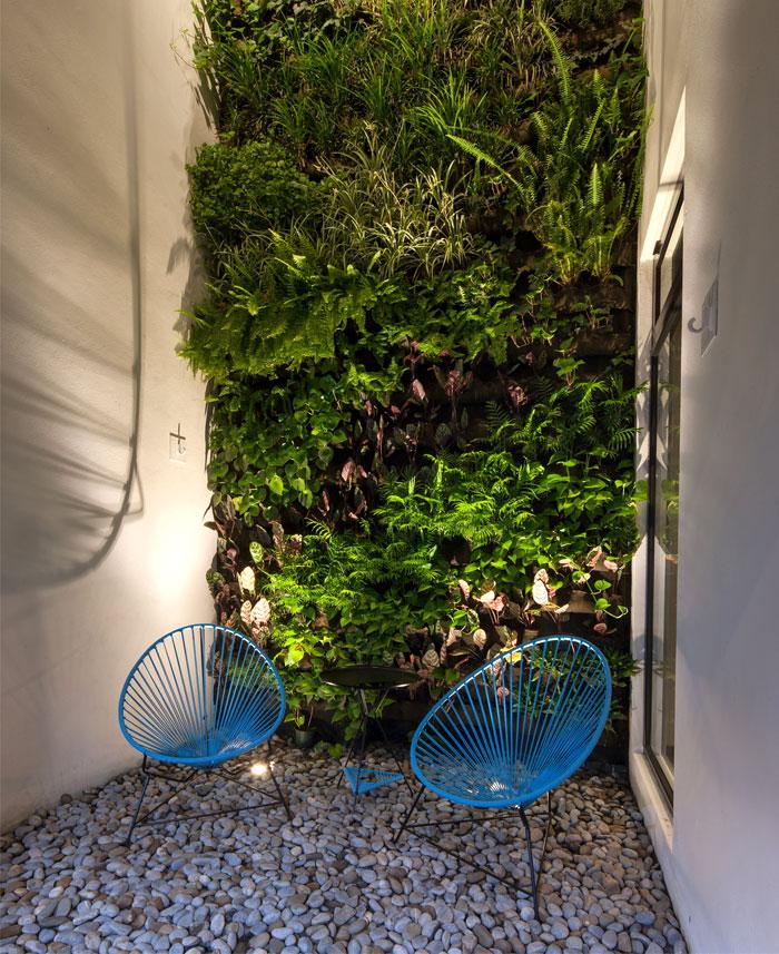 stone-pavement-vertical-green-wall