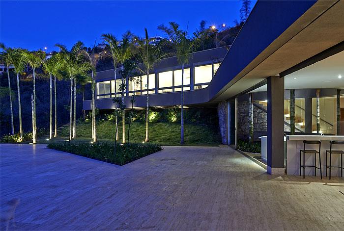 beautiful-palm-trees-juxtaposed-stone-walls