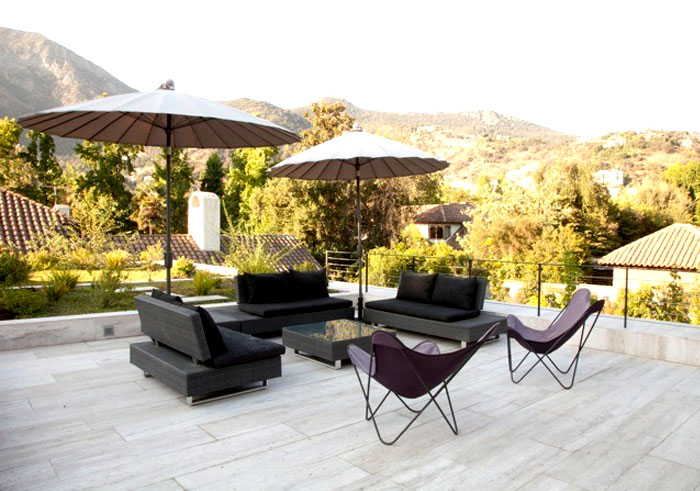 dynamic-chilean-house-outdoor-dining-area