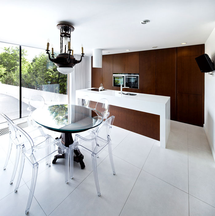 kitchen-black-white-dark-wood