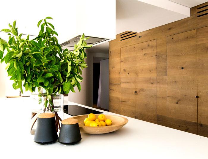 coastal-residence-warm-natural-materials-kitchen
