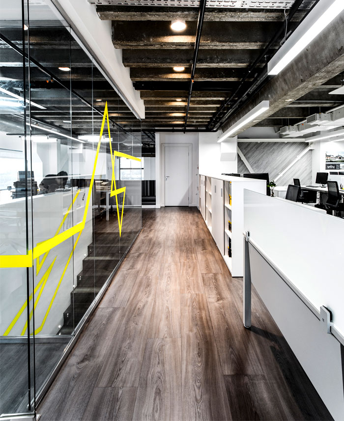 minimalistic-office-space