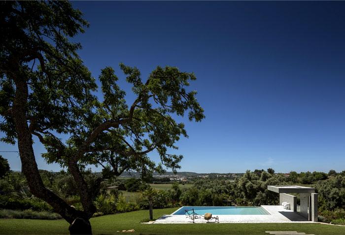 portuguese-summer-villa-vast-garden