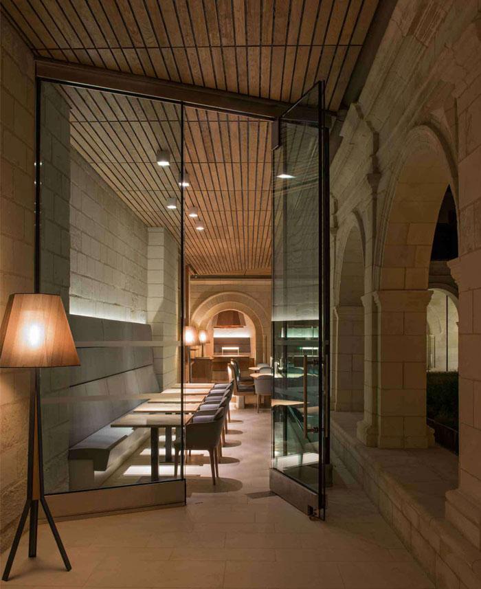 tremendous-hotel-restaurant-interior