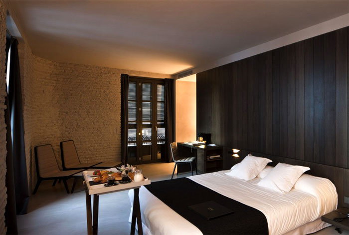 minimalistic-design-caro-hotel-bedroom