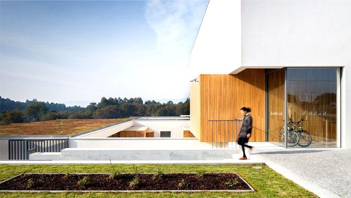 wood-create-warm-contrast-white-walls-1