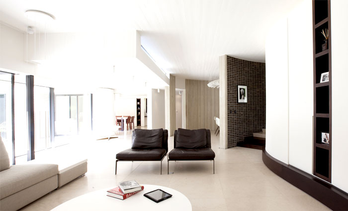 smoothly-curved-space-living-room-1