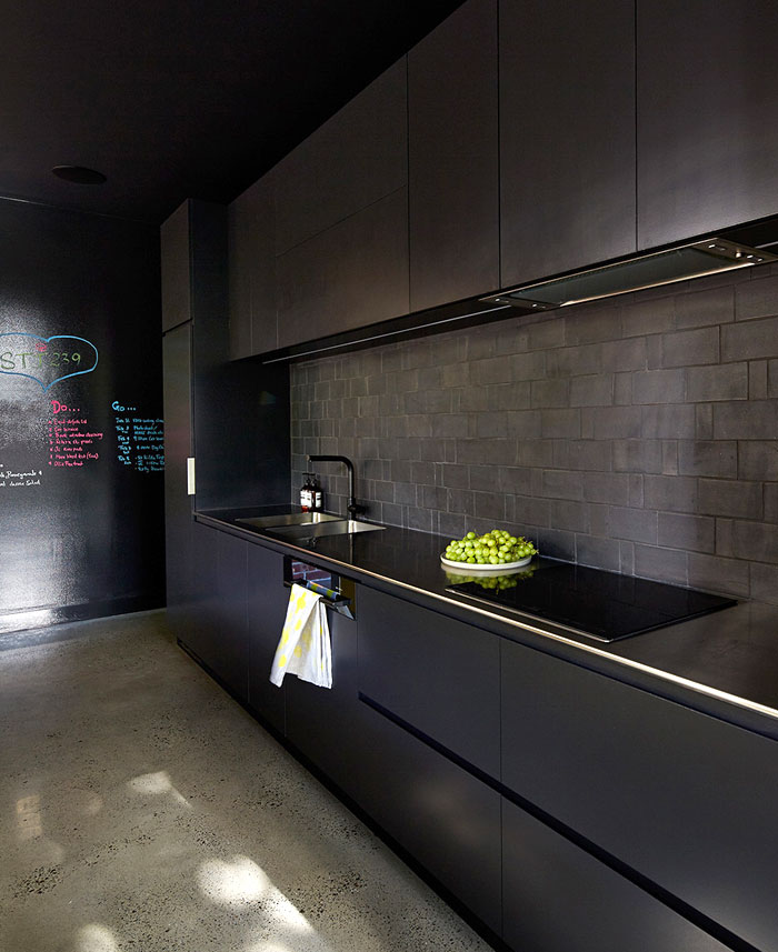australian-house-make-architects-black-kitchen