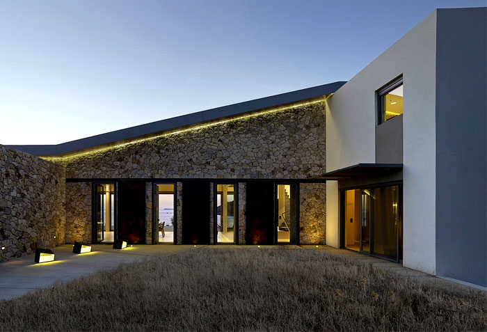 cantilevered-roof-metal-columns-framing-facade-5