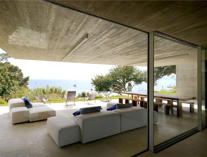 vast-glass-window-stylish-interior