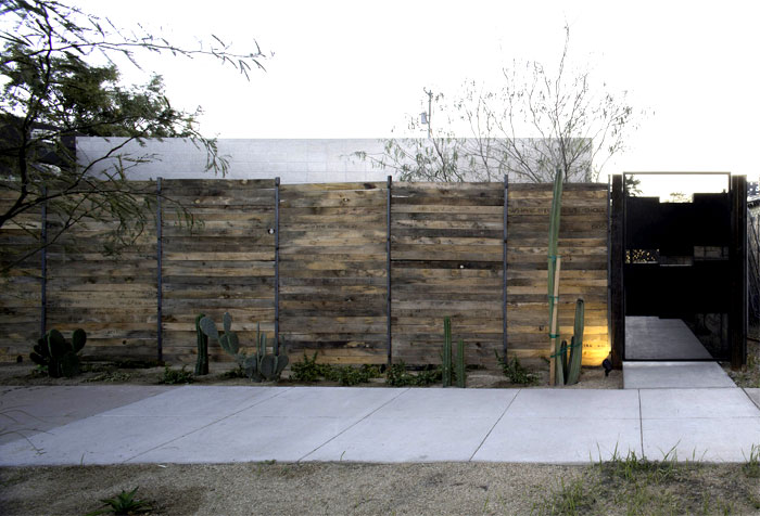 desert-translated-into-concrete-structures-wooden-details