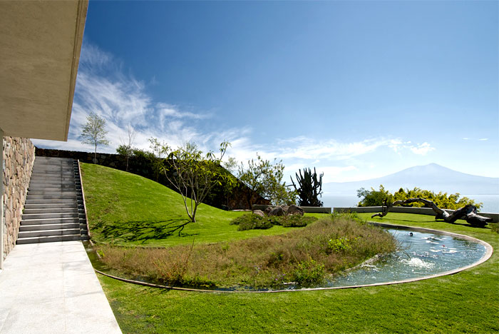 discreet-gardens-exotic-water-bodies