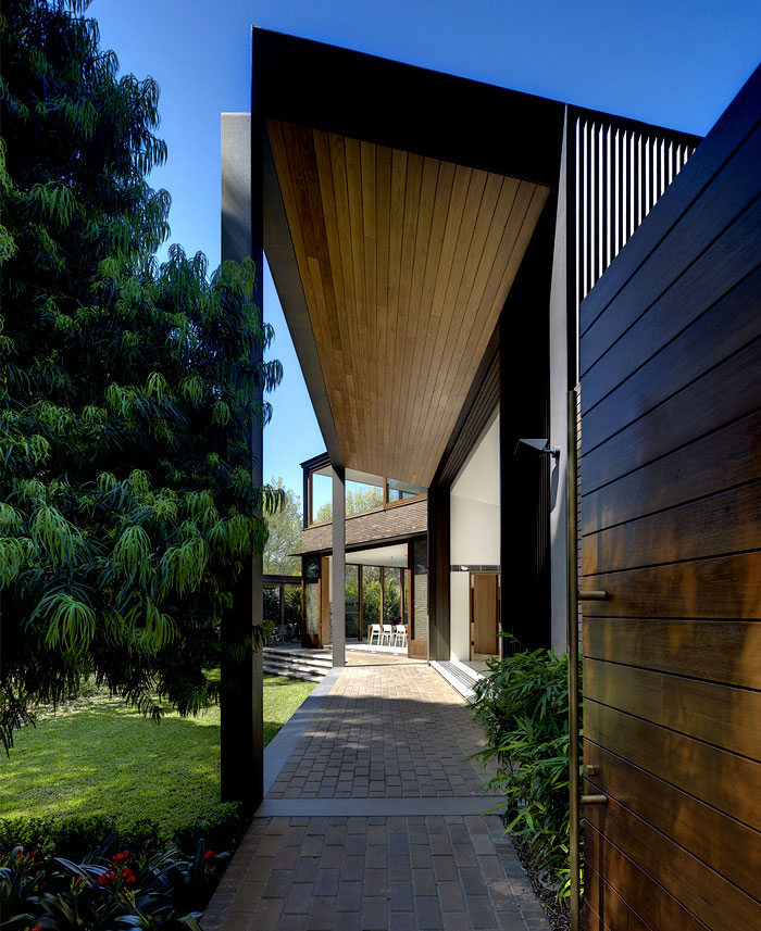 unobstructed-float-between-inner-premises-garden