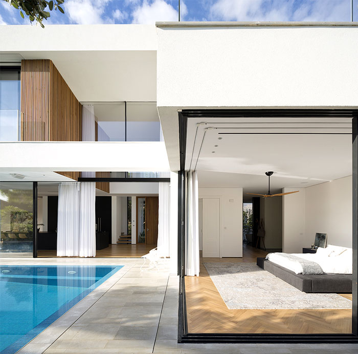 L Shaped House Completely Open To The Pool Interiorzine