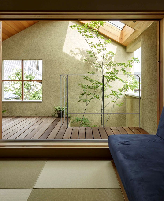 Japan Micro House with Small Zen Garden - InteriorZine